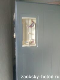 Мастер демонтировал модуль для ремонта холодильника Samsung RL34EGMS