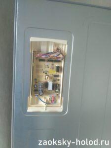 Мастер диагностирует модуль холодильника Samsung RL34EGMS